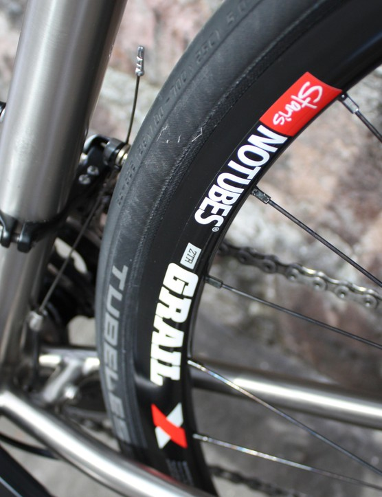 The wheel set features Hope Pro 2 Evo hubs and Stans No Tubes Grail Disc 32H rims