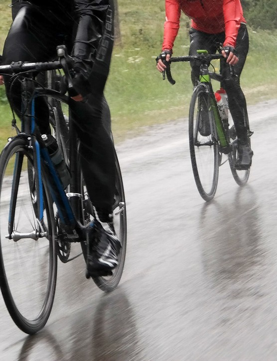 Riding out on the Schwalbe Pro One – rain is no issue for the low-pressure friendly tire