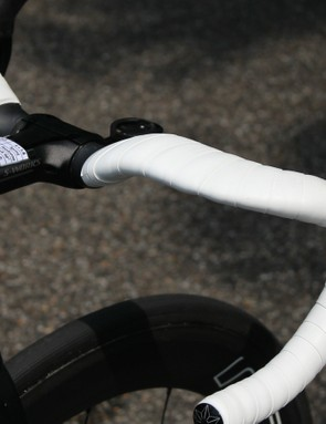 The Venge ViAS Aerofly handlebars dip down to accommodate the ultra-low position of the frame and integrated stem