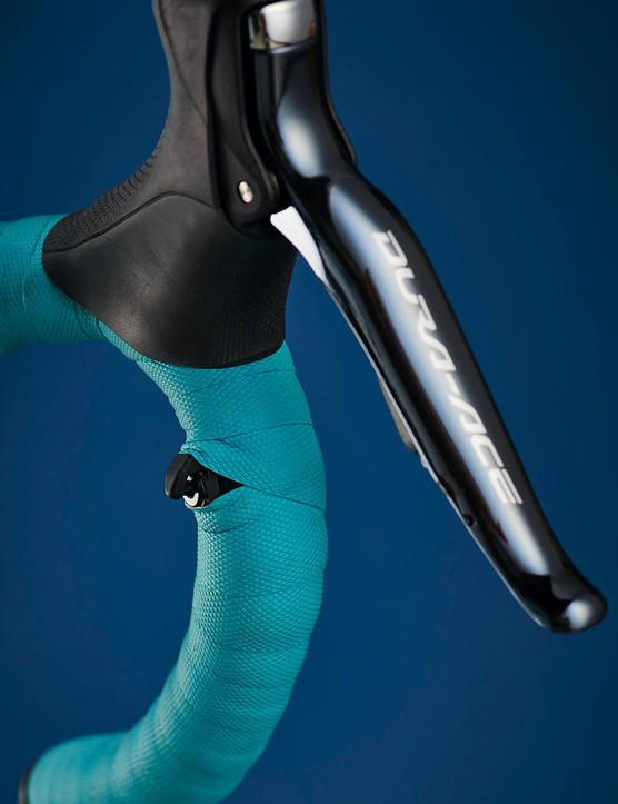 The Di2 setup has very well-placed sprint shifters for on-the-drops shifting