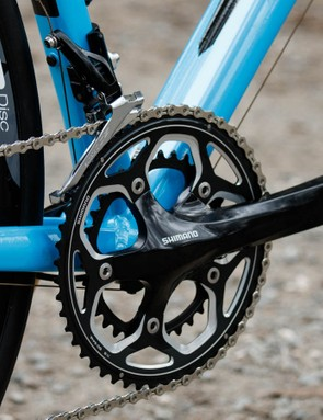 The Shimano RS500 crank is extremely similar to a 105-level crank (although 60g heavier), but offers a slightly wider stance to help with the increased rear axle width