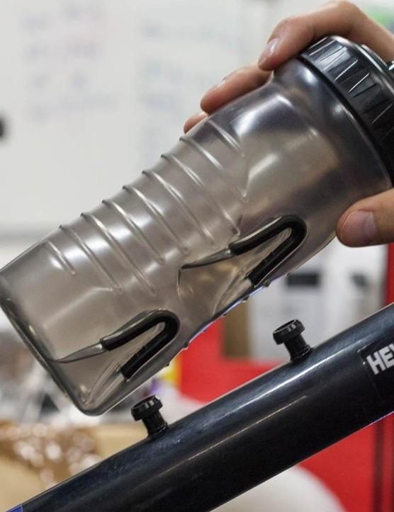 Cageless bottle system