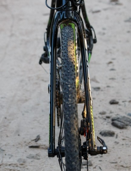 The carbon fork uses the full width of the axle for a wide and solid stance that leaves little room for mud to build up
