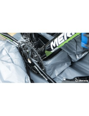 A generously padded and protected block gives the bottom bracket a place to rest and keep the chainrings safe. The block itself sits on Velcro, which allows for horizontal adjustment. A strap is given to secure the frame to the block