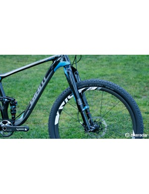 The Anthem Advanced 27.5 0 now features a RockShox RS-1 on the front – with this, axle-matching SRAM Rise 60 wheels are given too