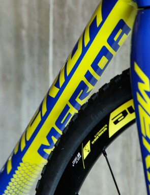 The fresh carbon frame offers smooth lines which should make shouldering quite comfortable