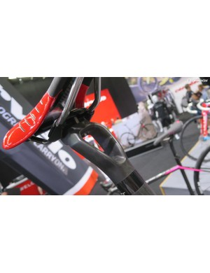 Focus' in-house designed carbon comfort post features this twin-spar seat clamp design