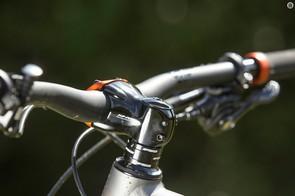 The wide-bar cockpit delivers impressive trail feedback
