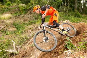 The easily flickable back end makes this a standout fun ride among 29ers