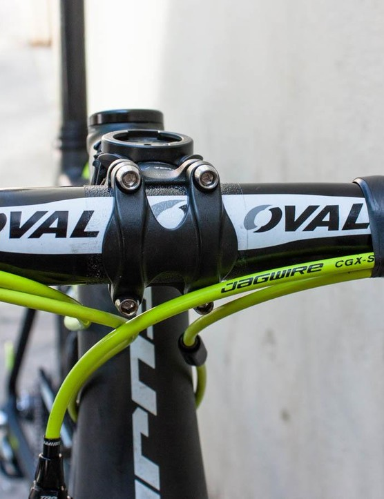 While some of the team bikes have alloy finishing kit to bring the weight up, Arroyo's has Oval 710 carbon bars