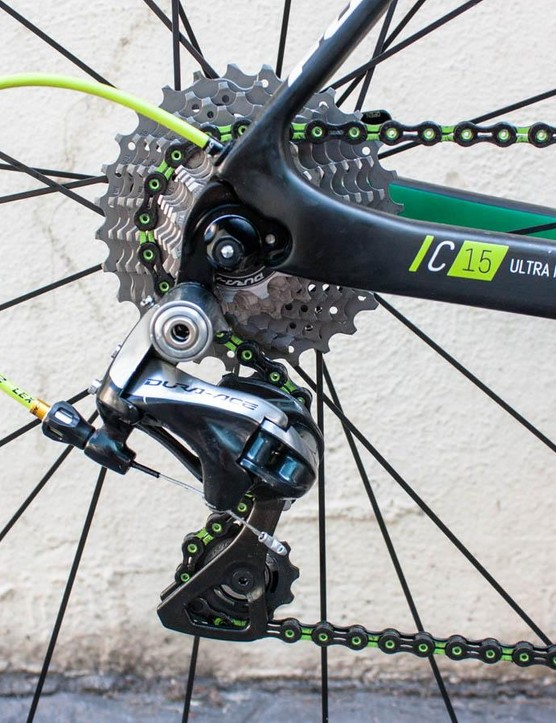 Fuji went to great lengths to source colour-matched components, including this uber-cool KMC chain and Jagwire cable outers