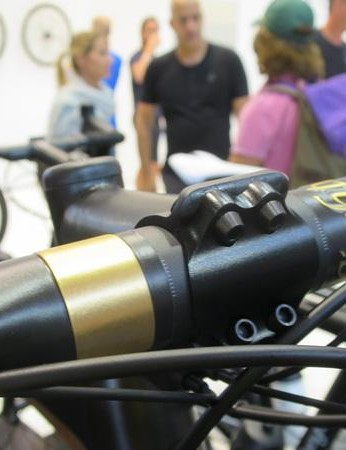 The super limited Urgestalt 24 bike comes fitted with the new Kompaktbügel bar – the graphics are real 24 carat gold