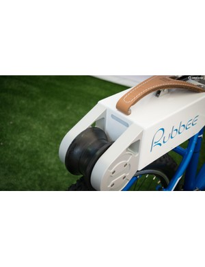 The 250w motor of the Rubbee feeds power to a rear wheel via a large polyurethane roller