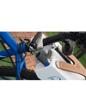 The 6.8kg unit can be quickly removed and easily carried thanks to a quick release clamp and leather carry handle