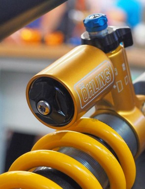 Whereas the current TTX rear shock uses a CNC-machined damper body head, this new shock looks to use a forged or cast piece, which suggests that it's all tooled up and ready for production