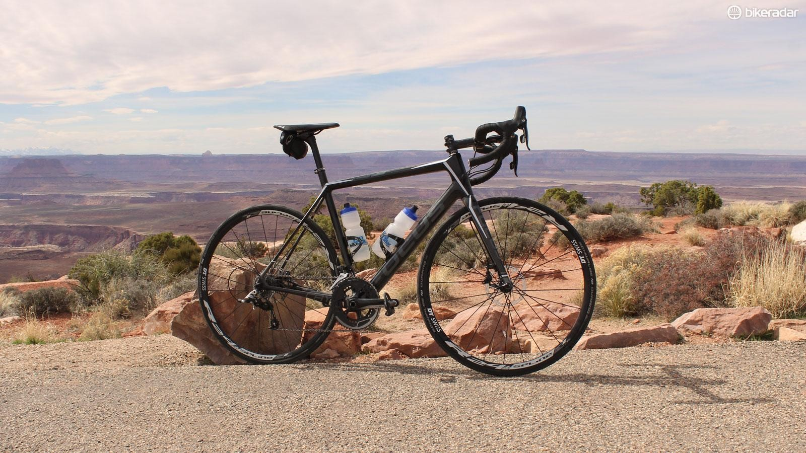The Focus Cayo 4.0 Disc puts hydraulic discs on a carbon frame with a racy front end for a good price
