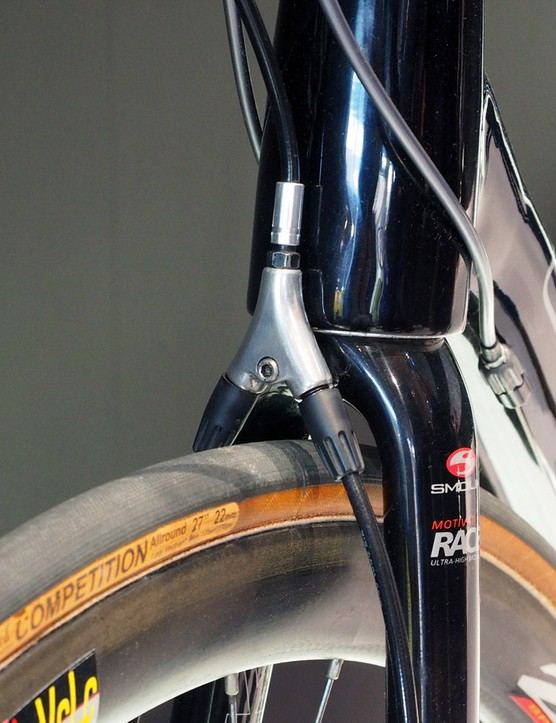 A hydraulic splitter is mounted at the fork crown to actuate the dual hydraulic calipers