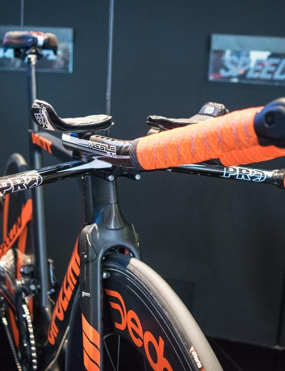 Here's the first of many integrated front ends you'll see in this gallery – complete with Campag EPS shifters