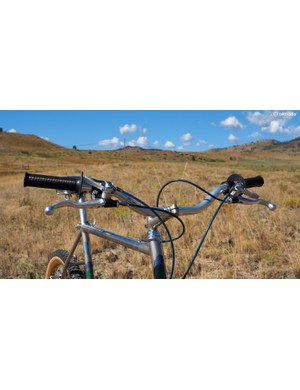 The high-rise Specialized aluminum handlebars are clamped in the stem with requisite shims