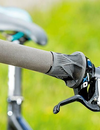 Foam grips and SRAM Grip Shifter hint at the flat out, minimal mass intentions