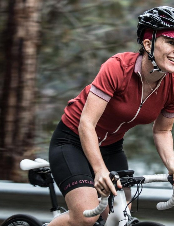 The Café Du Cycliste Violette jersey offers a classic look