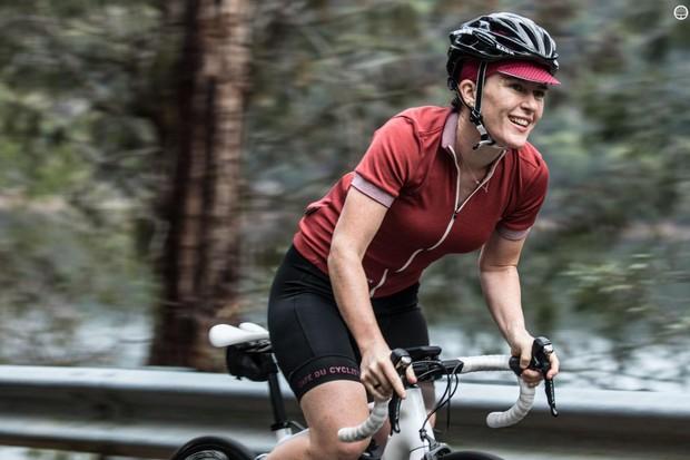 The Café Du Cycliste Violette jersey offers a classic look
