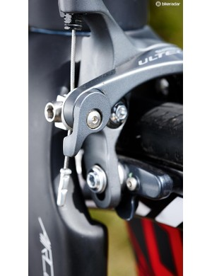 The direct-mount Shimano Ultegra brake integrated in the fork aids its aerodynamics