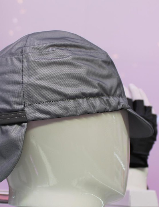 The Tempesta cap offers a Sherlock Holmes rear to channel rain off the helmet and down onto the jacket – not onto the neck