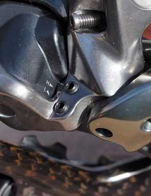 Shimano has switched to set screws to adjust the low and high limits for the XTR Di2 rear derailleur