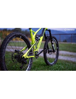 While the Mega 275 gets a 435mm chainstay length, its bigger-wheeled counterpart, the Mega 290, boasts lengthier 450mm chainstays