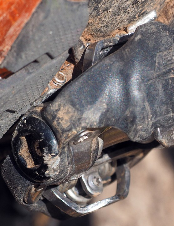 The shoe treads essentially don't contact the pedal body at all; it just isn't necessary