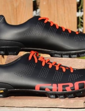 Grippy vibram rubber goes over a stiff carbon outsole