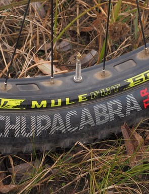 The Sun-Ringlé Mulefut rims measure 45mm in between the bead hooks and are wrapped with 3in-wide Bontrager Chupacabra tyres. Swapping to a tubeless setup saves more than a pound of rotating weight