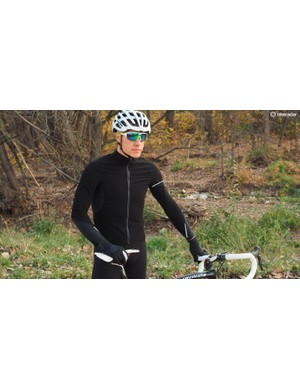 The long sleeve Hybrid Que is a halfway between a thermal jersey and a jacket, offering wind and water protection without using a nonbreathable shell