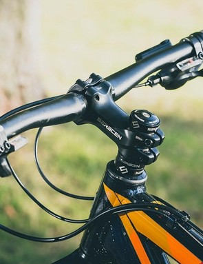 The 720mm bar and 80mm stem give the Saracen a great blend of agility and authority