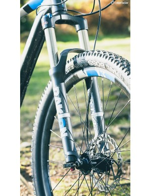 The air-sprung Suntour Raidon fork is head and shoulders above the coil-sprung models found on many of the Incline Alpha's peers