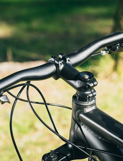 The 720mm bar and 80mm stem make for reasonably responsive handling when you need to act fast