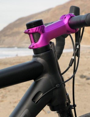 The oversized aluminum steerer tube requires the use of a Cannondale stem