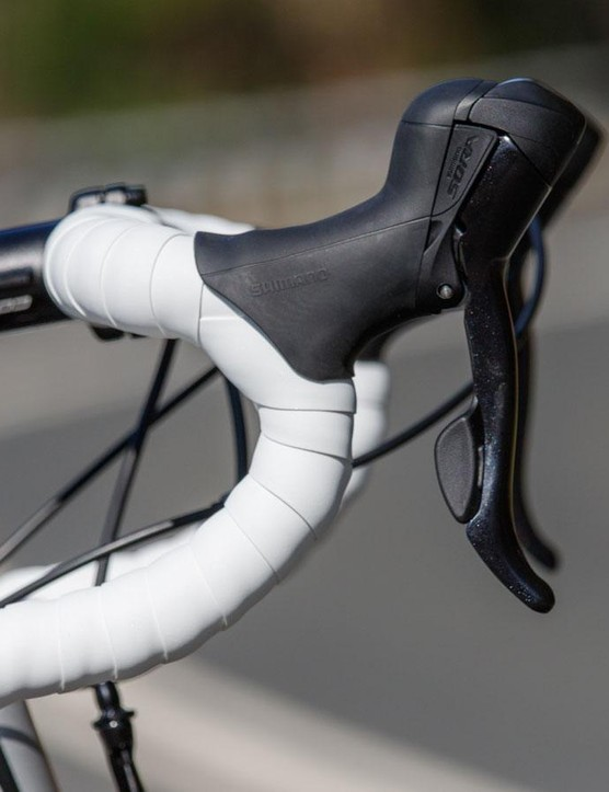 The Focus' handlebar is quite classic in its shape. We found it pretty comfortable too