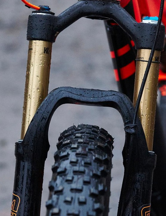 The Kashima-coated Fox 34 fork features the latest FIT4 damper