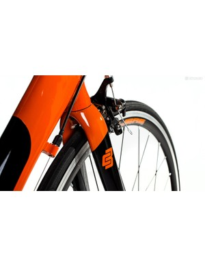 A carbon fork on a bike this cheap is almost unheard of, and shows nous on the part of the people who put the Rivelin together