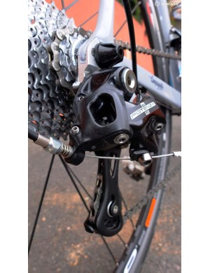 The derailleur body is lightened by the use of carbon-reinforced Technopolymer