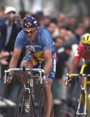 Johan Museeuw (L) takes the gold medal over Mauro Gianetti in the 1996 world road championships.