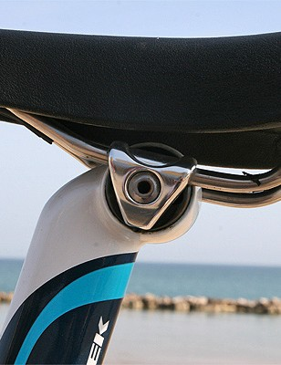 The integrated seat mast has a simple clamp to hold everything in place
