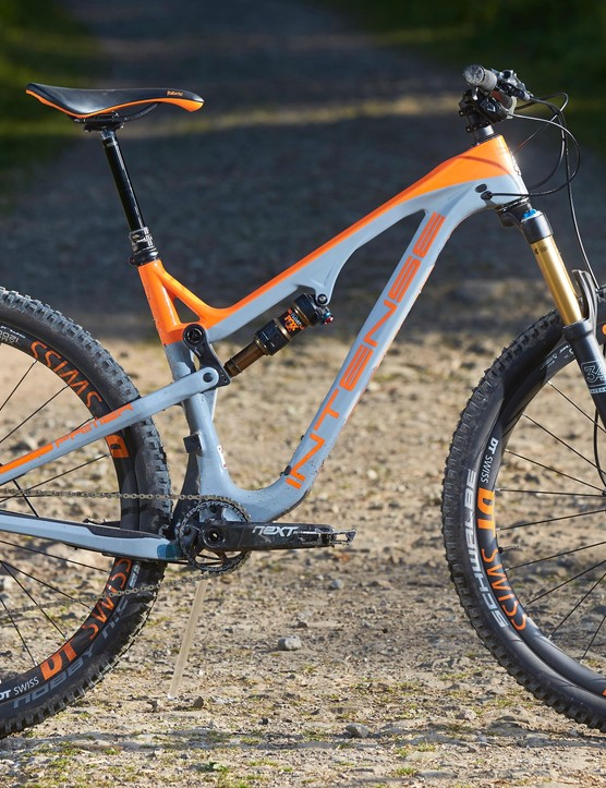The new Intense Primer sure is a good looking bike. The aggressive geometry, stiff frame, low weight and big wheels mean it's a fast one too