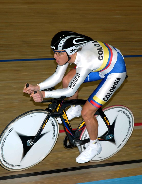 Carlos Eduardo Alzate Escobar (Colombia) gets up to steam in qualification for the pursuit