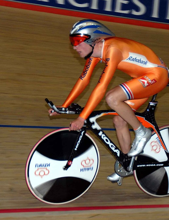The battle for gold in the pursuit was contested by Jenning Huizenga from the Netherlands...