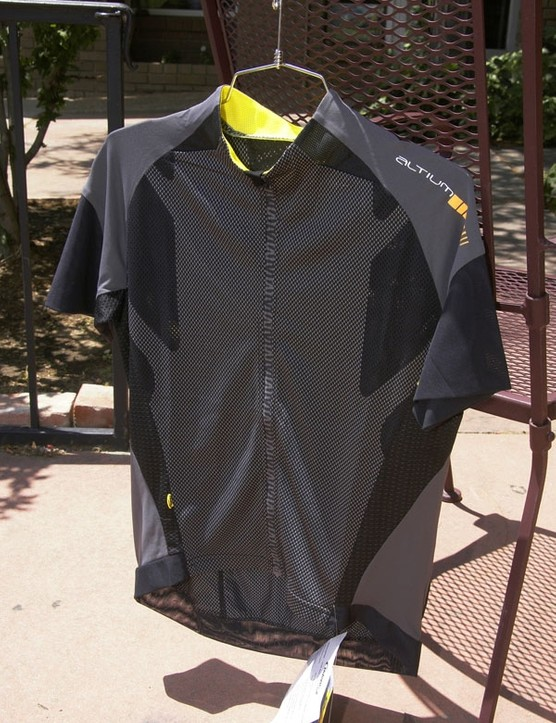 The Plasma jersey looks to be Mavic's best ventilated piece for hot summer days.