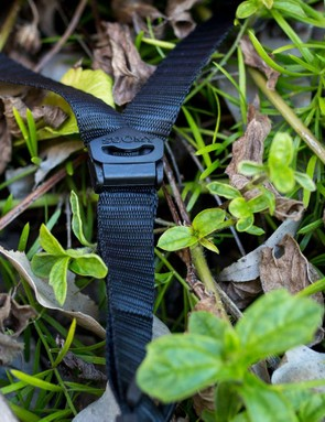 The thick webbing straps and adjustable splitters are not a winning combo