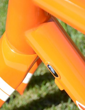 The cables now run internally through the frame and fork